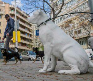 Las estatuas de Perros en Barcelona, fomentan la Adopción